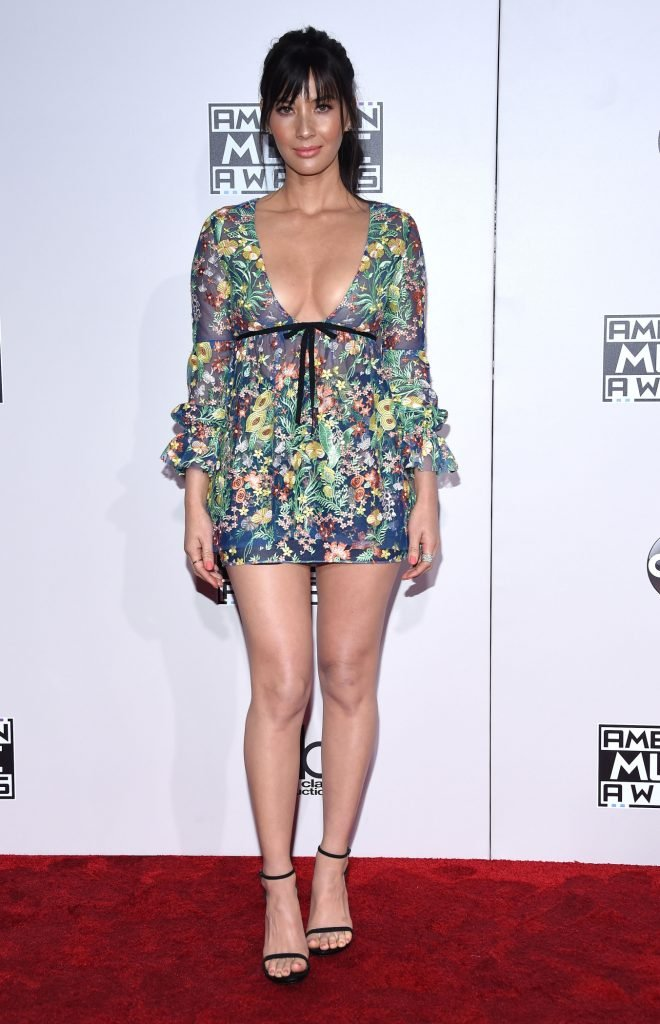 Olivia Munn arrives to the American Music Awards